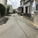 交通量の少ない閑静な住宅街前面道路含む現地写真